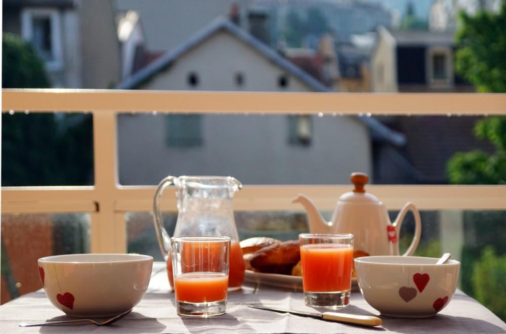Le bonheur d'un petit déjeuner au soleil levant