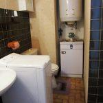 Salle de bain avec douche non visible sur la photo